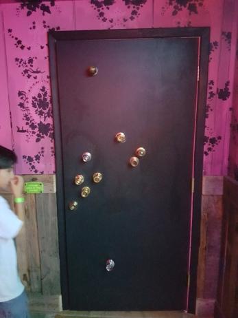 A surplus of doorknops